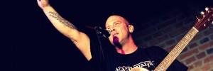 Foto von Michael Dietmayr auf der Bühne vor seinem Mikrofon