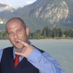 Michael Dietmayr mit roter Krawatte