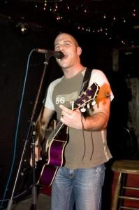 Michael Dietmayr beim Singen mit Gitarre