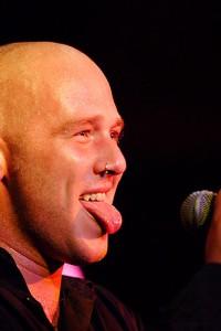 Michael Dietmayr streckt die Zunge heraus