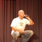 Michi in der Hocke mit Mikrofon